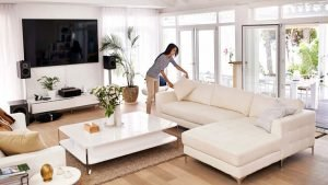 Chica haciendo home staging